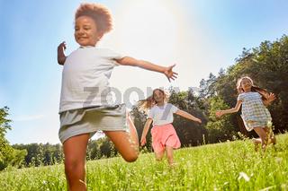 Mädchen haben Spaß bei einem Wettrennen