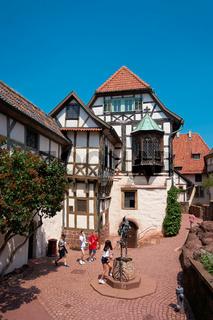 Kinder einer Reisegruppe im historischen Innenhof der Wartburg