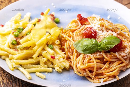 Rigatoni Emiliana und Spaghetti mit Tomaten