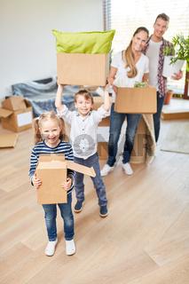 Familie und Kinder haben Spaß beim Umzug