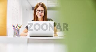 Junge Geschäftsfrau in Co-Working Space
