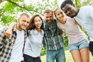 Glückliche multikulturelle Gruppe junger Leute