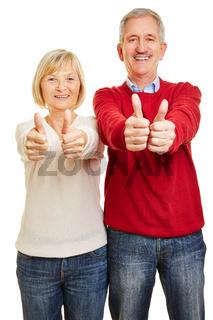Paar Senioren hält beide Daumen hoch