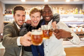 Drei Männer feiern ausgelassen mit Bier