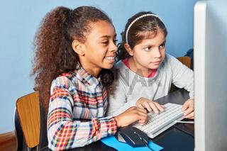 Zwei Mädchen zusammen am Computer