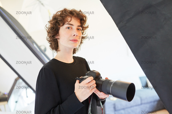Professionelle Fotografin mit Kamera im Fotostudio