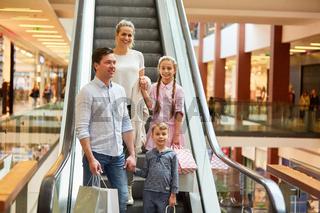 Familie und Kinder auf einer Rolltreppe