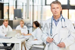 Mann als Oberarzt mit Autorität und Kompetenz