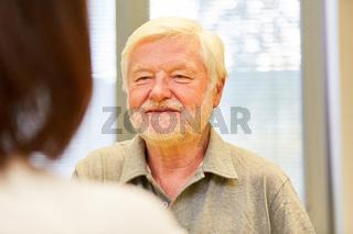 Senior Mann als Patient im Gespräch mit einer Ärztin