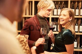 Vergnügtes junges Paar bei einer Weinprobe