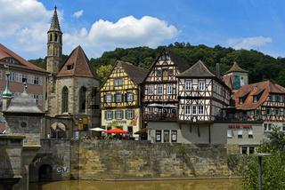 Johanniterkirche und historische Fachwerkhäuser im Stadtteil Im Weiler, Schwäbisch Hall, Deutschland
