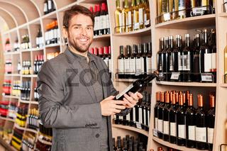 Zufriedener Kunde mit einer Flasche Rotwein
