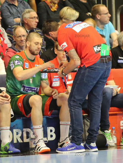 Filip Kuzmanovski and Coach Bennet Wiegert ( all SC Magdeburg)