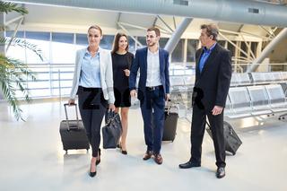 Geschäftsleute Team bei der Ankunft im Flughafen