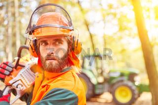 Waldarbeiter mit Kettensäge und Arbeitsschutz