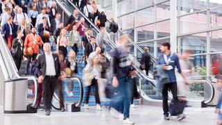 Masse Geschäftsleute gehen auf Business Messe