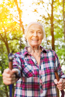Seniorin bei Nordic Walking oder Wanderung