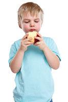 Kind Junge blond Apfel Obst Früchte essen Herbst gesunde Ernährung Hochformat isoliert Freisteller freigestellt