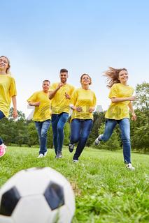 Junge Leute haben Spaß beim Fußball spielen