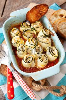 Gerollte Zuccini mit Tomatensosse