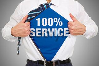 Business Mann trägt Schriftzug 100% Service