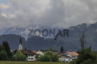 Tief hängende Wolken über Oberstdorf, Allgäu
