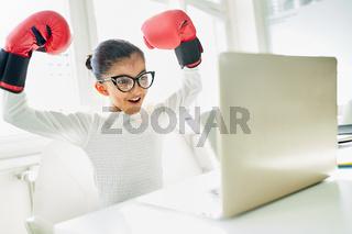 Mädchen als Geschäftsfrau mit Boxhandschuhen