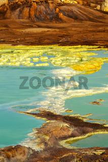 Salzstrukturen in einem hochgesättigten sauren Salzlaugenpool, Geothermalgebiet Dallol, Äthiopien