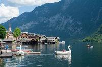 Hallstatt, Oesterreich, Tretboot am Ufer des Hallstaetter See