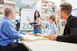 Gruppe in einem Workshop für Erwachsenenbildung