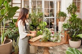Floristin in der Ausbildung beim Blumen binden