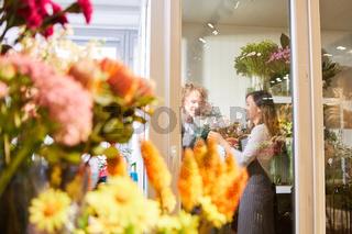 Zwei Floristen arbeiten als Team im Blumengeschäft