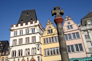 Trier - Marktkreuz vor historischer Häuserzeile, Deutschland