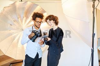 Fotografen mit digitaler und Retro Mittelformatkamera