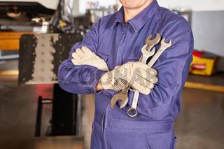 Mechaniker mit verschiedenen Schraubenschlüsseln