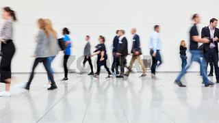Viele anonyme Geschäftsleute gehen auf Messe