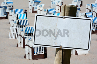 leeres Schild mit Textfreiraum am Strand der Ostsee
