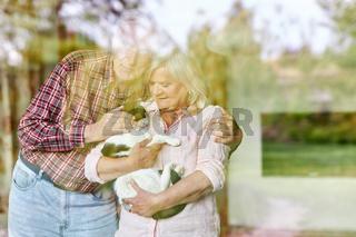 Glückliches Paar Senioren mit Katze als Haustier