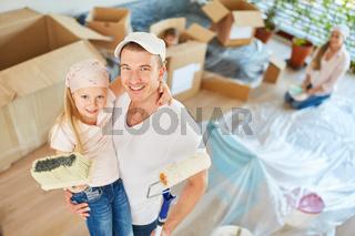 Vater und Tochter zusammen beim Malern