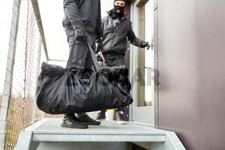 Zwei Einbrecher flüchten mit Beute aus Büro