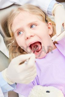Mädchen mit offenem Mund beim Kinderzahnarzt