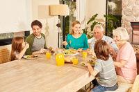 Familie mit drei Generationen beim Mittagessen