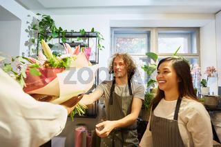 Floristen Team freut sich über Blumen Geschenk