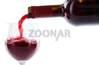 Wein einschenken eingießen aus Weinflasche Rotwein freigestellt Freisteller