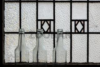 Flaschen vor einem Fenster