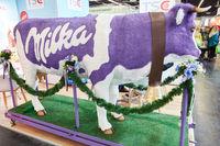 KÖLN, OKTOBER 2019: Lila Milka Kuh auf ANUGA Messe