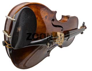 Alte glänzende Geige mit Wirbelkasten freigestellt auf weiß