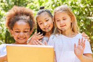Mädchen winken gemeinsam beim Video Chat
