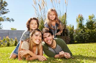 Glückliche Eltern und zwei Kinder in der Natur
