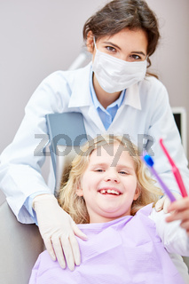 Kind mit zwei Zahnbürsten für gesunde Zahnpflege